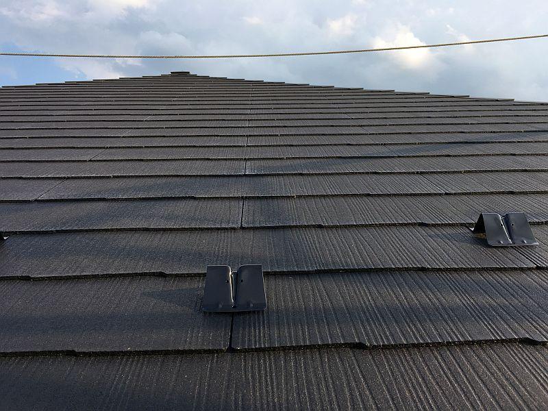 屋根材の質感と断熱材の収め方(ラス工事も始まった)